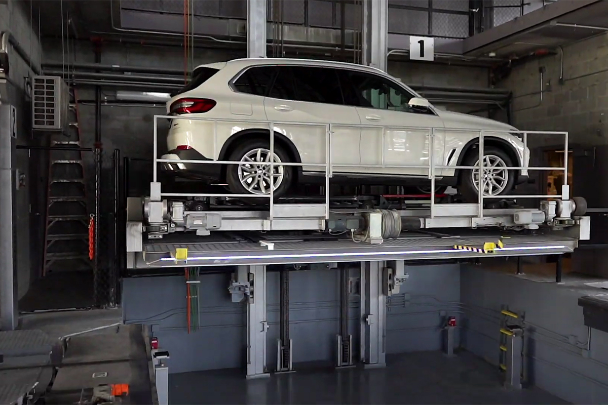 Автомобиль на лифте стеллажного паркинга