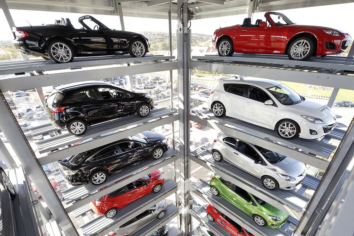 Автомобили в презентационном многоуровневом паркинге