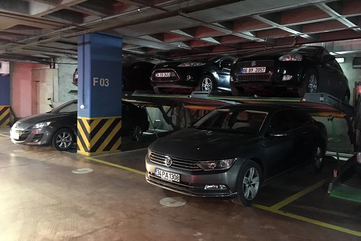 Парковочные подъёмники в подземном паркинге с низкими потолками