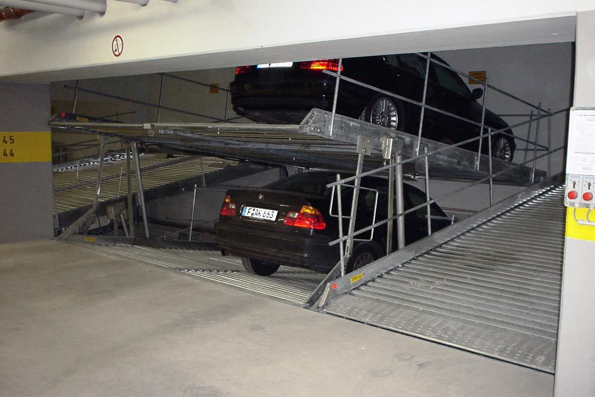 Парковочный подъёмник в низком паркинге в Германии