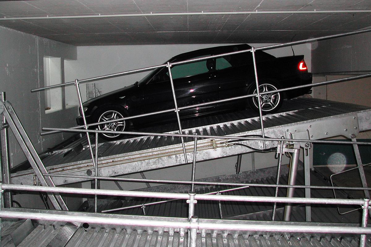 Немецкая парковочная система с наклонной платформой в подземном паркинге