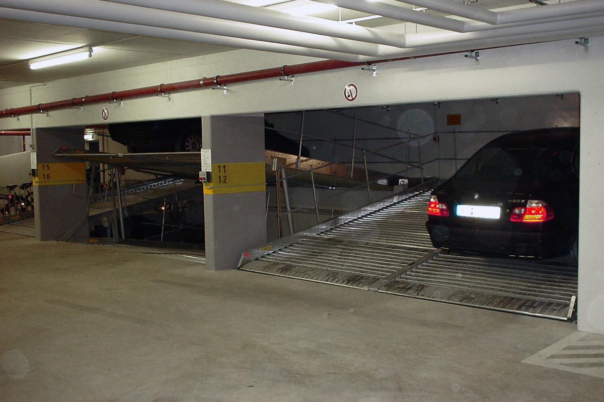 Немецкий парковочный лифт с наклонной платформой и приямком