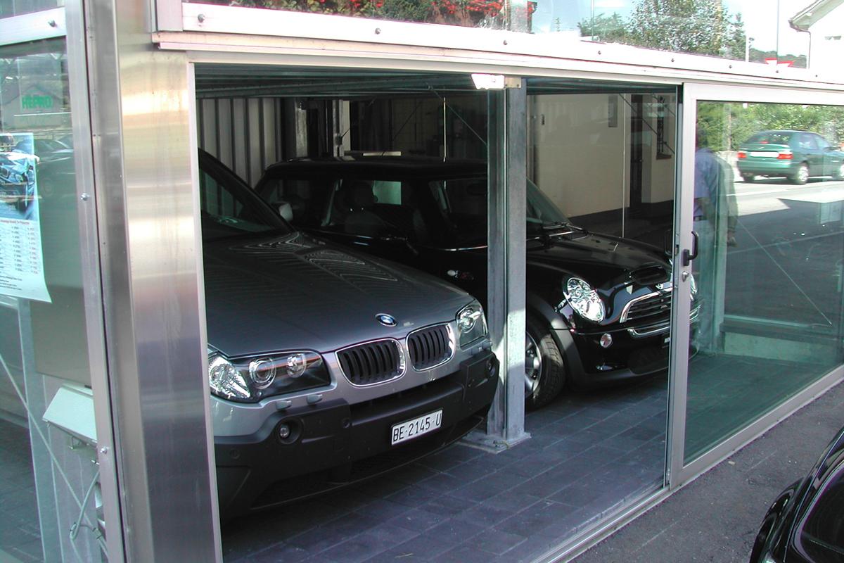 Автомобили на нижнем уровне парковочной системы