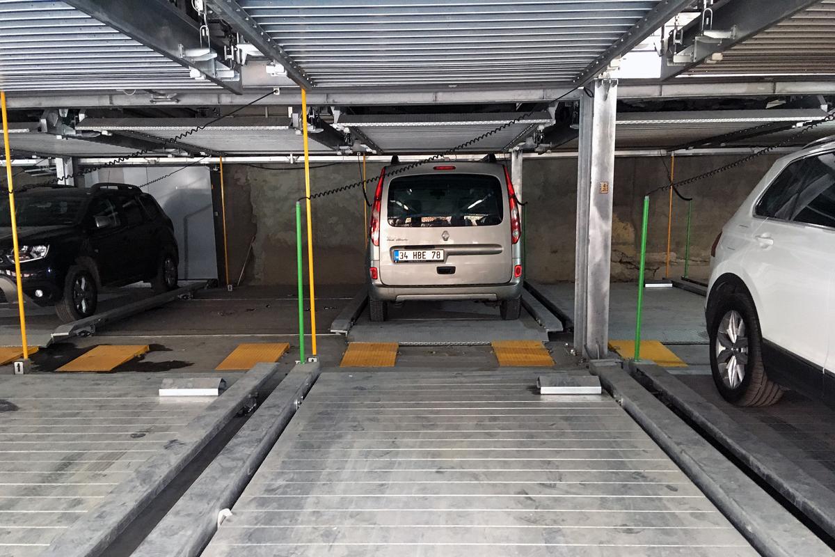 В автоматизированном паркингеАвтомобили паркуются в два ряда