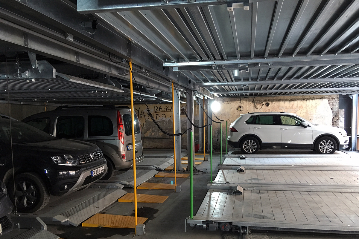 Внутри механизированного турецкого пазлового паркинга