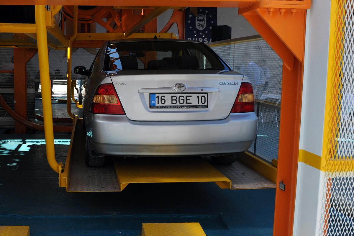 Автомобиль на платформе роторной турецкой парковки