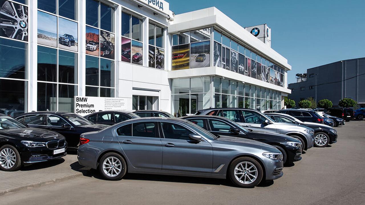 Уличная стоянка автосалона BMW