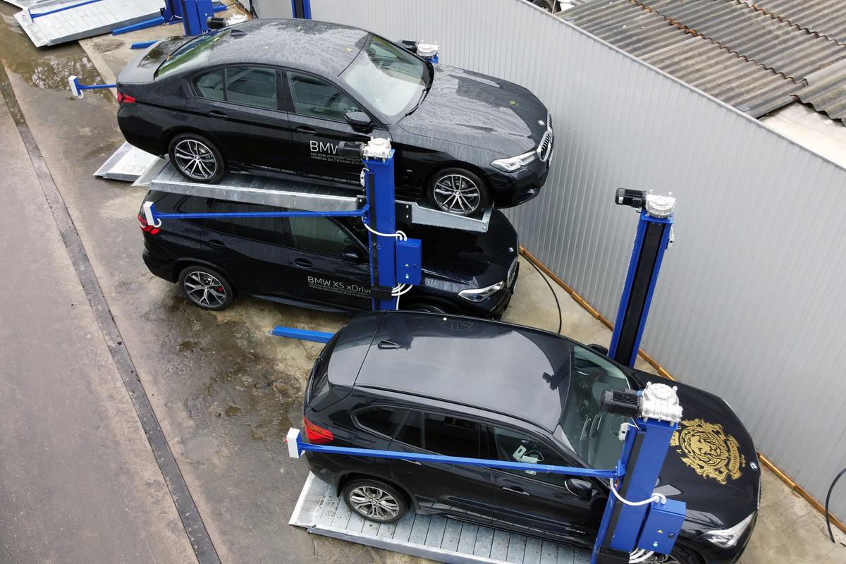Автомобили на BMW на всепогодном парковочном подъёмнике МehPark