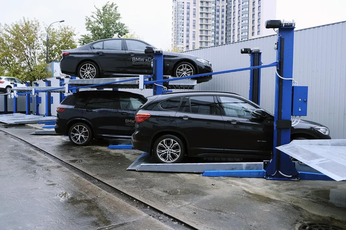 Парковочные подъемники MehPark на уличной стоянке центра BMW