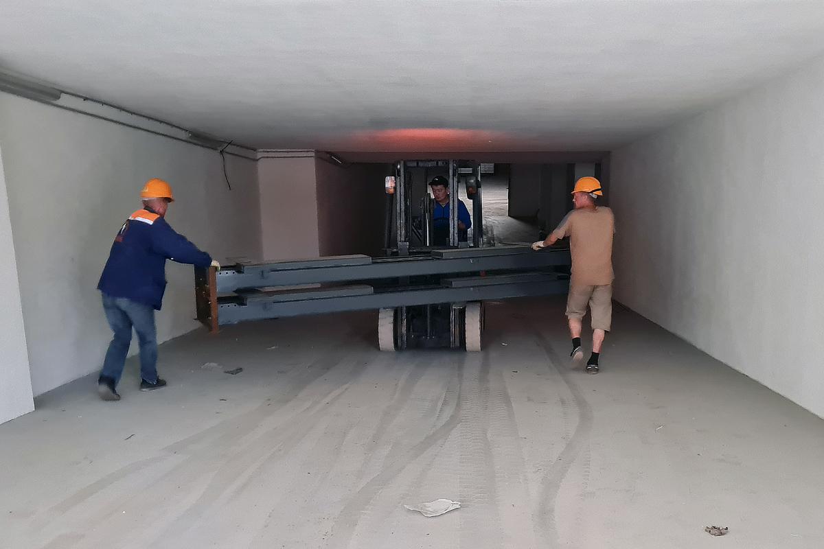 Спуск оборудования в подземный паркинг