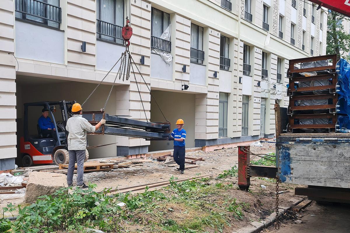 Подъёмники разгружаются на строительной площадке жилого комплекса бизнес-класса