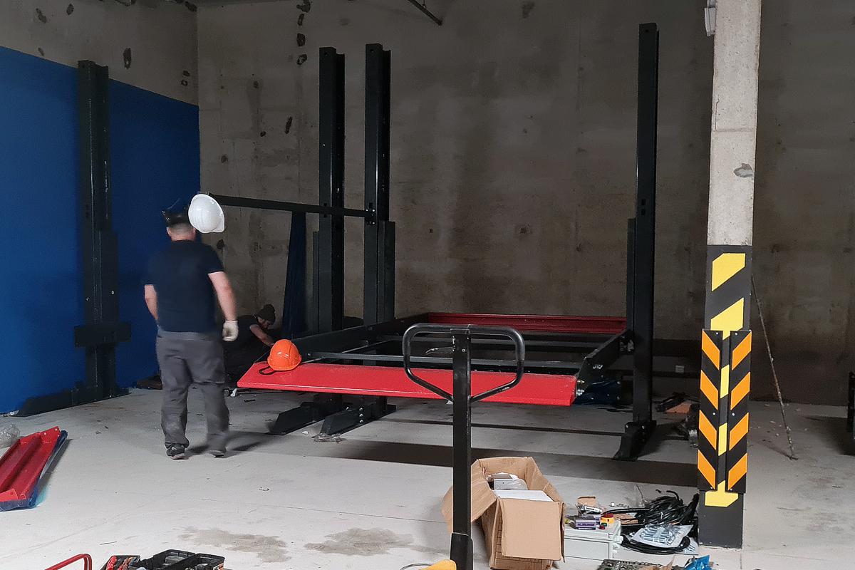 В ЖК бизнес-класса начинаеися монтаж автомобильных подъёмников