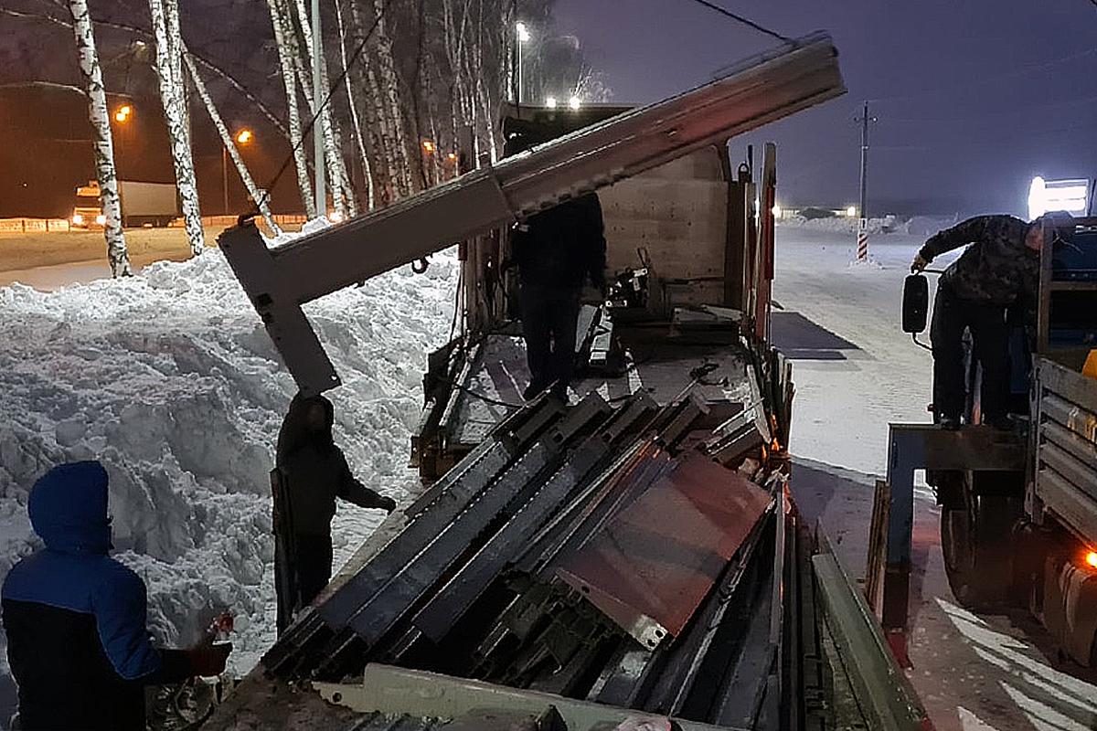 Погрузка парковочных подъёмников зимой
