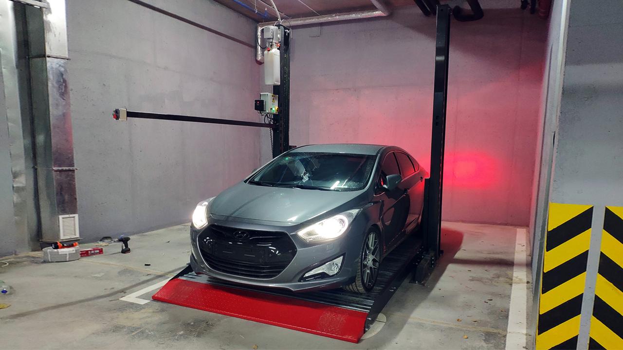 Автомобиль на парковочном подъёмнике в Казани