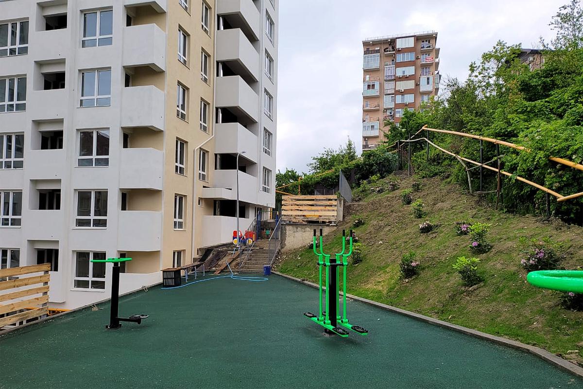 Придомовая территория жилого комплекса в Сочи