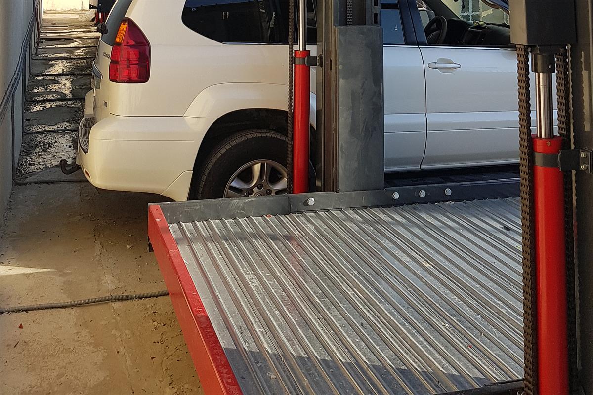 Платформа парковочного подъёмника на уличной стоянке в Сочи