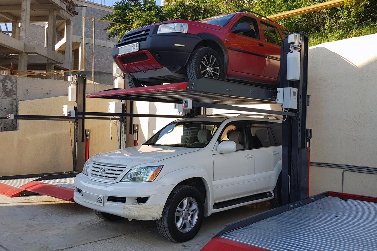 Парковочный подъёмник у жилого комплекса в Сочи