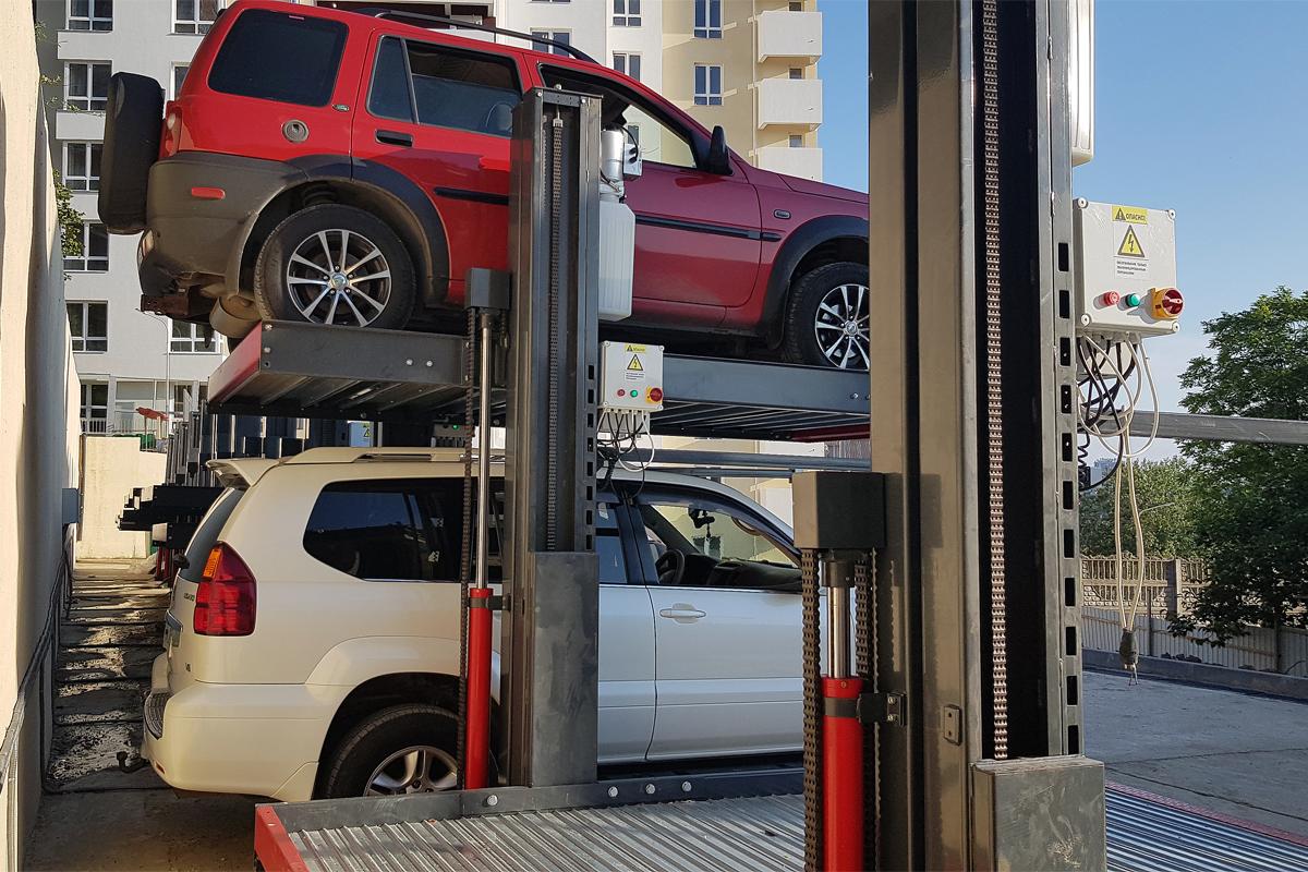 Механизированный паркинг во дворе жилого дома в Сочи