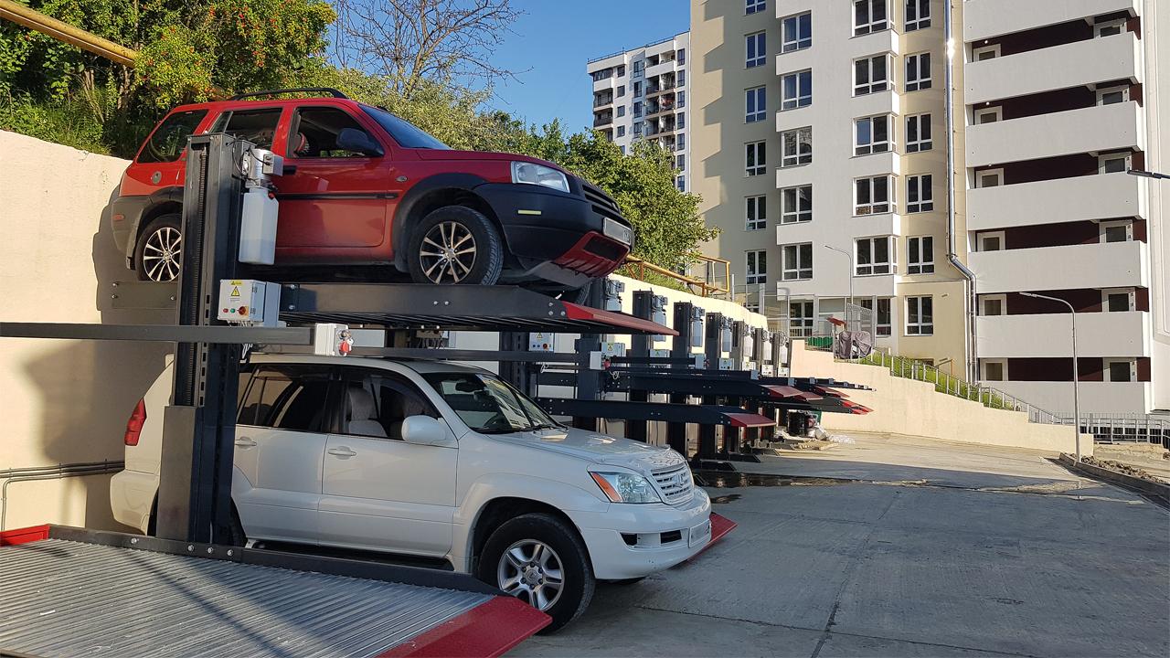 Парковочные подъёмники на открытой стоянке в Сочи