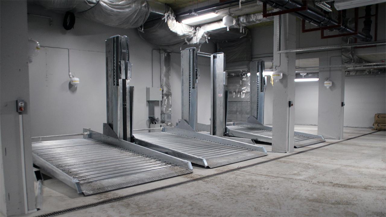 Парковочные подъемники в подземном паркинге жилого комплекса