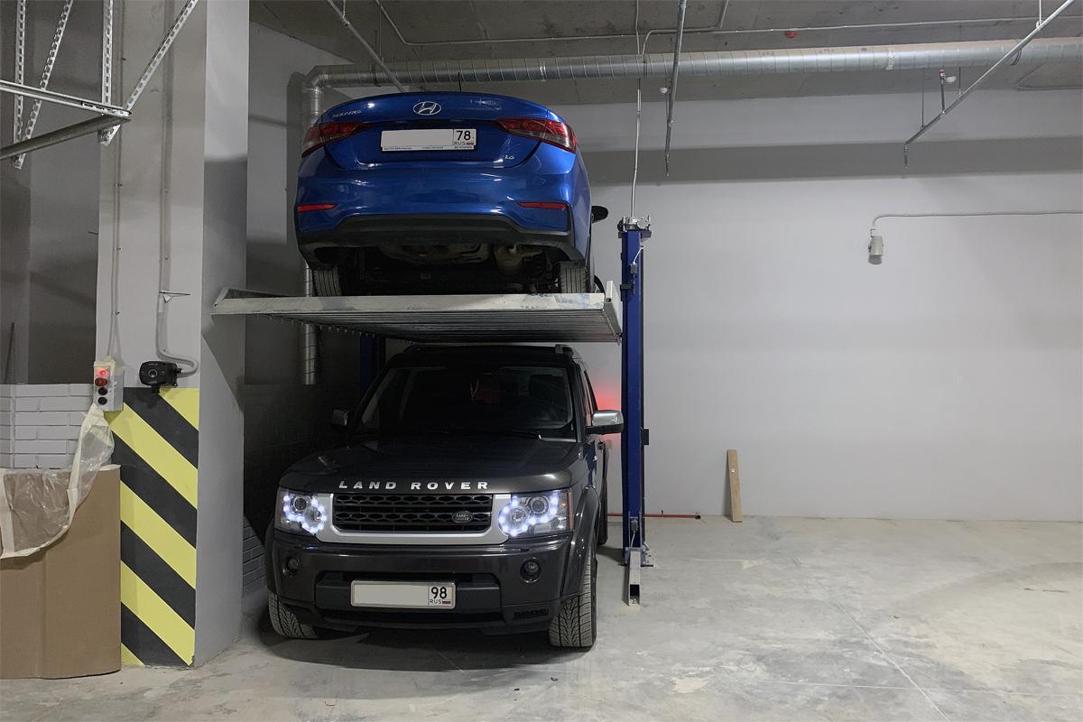 Джип на нижнем уровень парковочного подъёмника ППЭМ