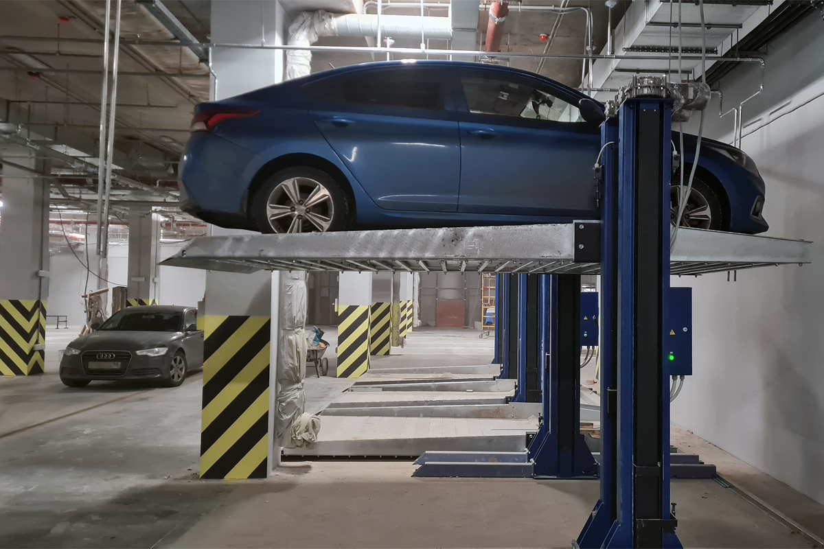 Автомобиль на платформе парковочного подъёмника МehPark