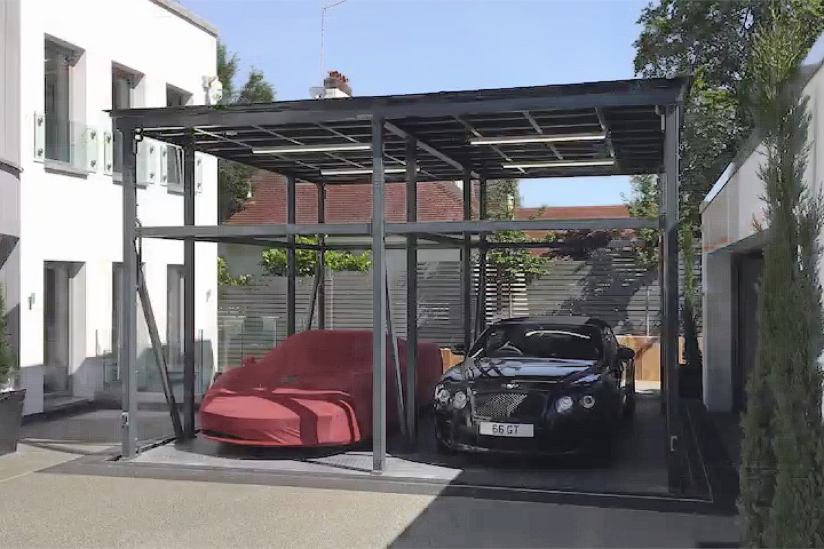 Независимый парковочный подъёмник SanPark во дворе загородного дома