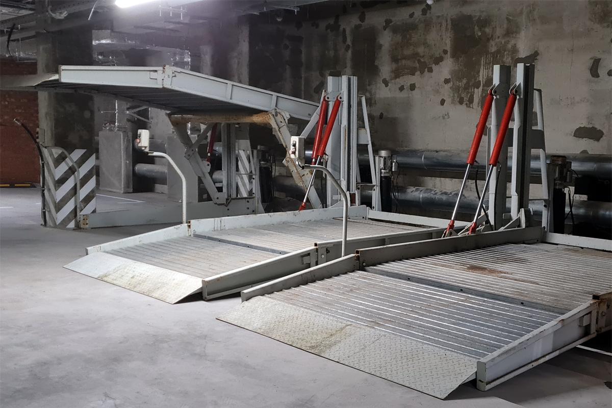 Двухуровневые парковочные подъёмники в строящемся паркинге