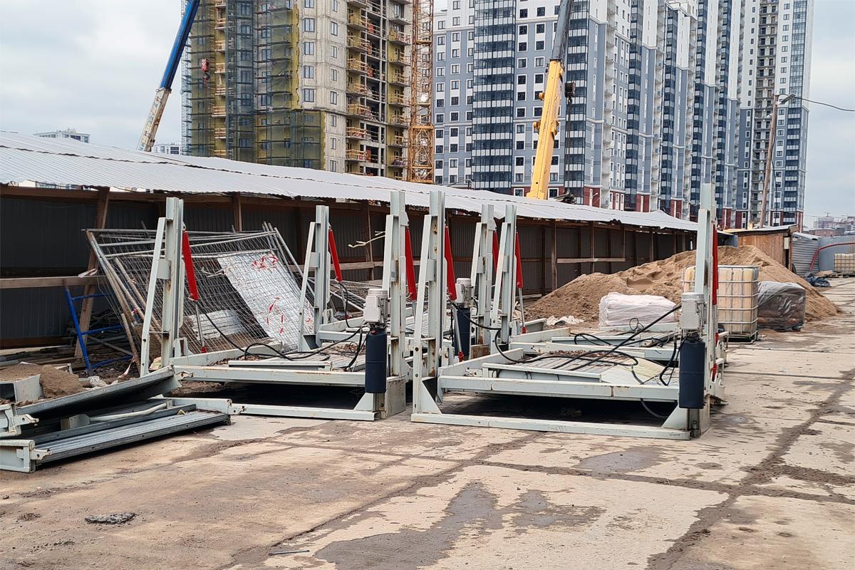 Парковочные подъёмнике на строительной площадке