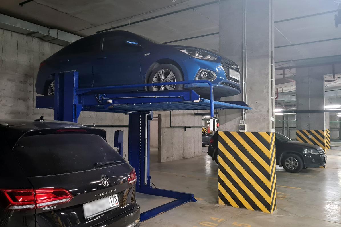 Личный автомобиль на парковочном подъёмнике